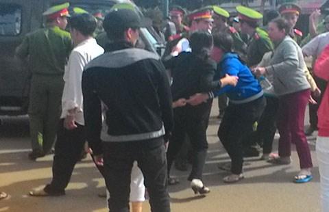Người thân bị cáo chặn xe cảnh sát, gây rối tại tòa án - 1