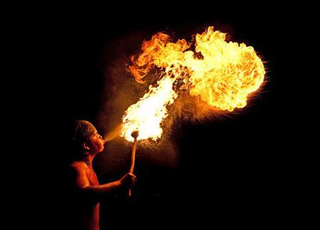 """""""Nữ thần lửa"""" súc miệng bằng... axit cực mạnh - 2"""