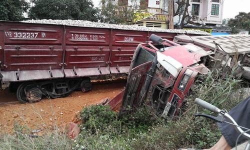 Tàu hỏa tông ô tô tải, lái tàu gãy chân - 2