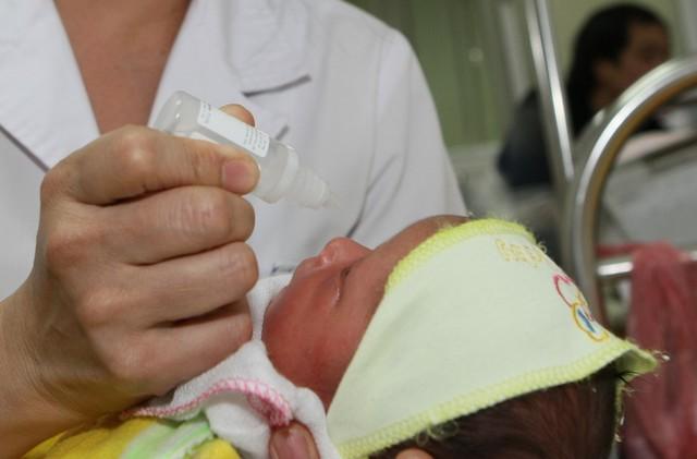 Không nên sử dụng bừa bãi thuốc nhỏ mũi cho trẻ - 1