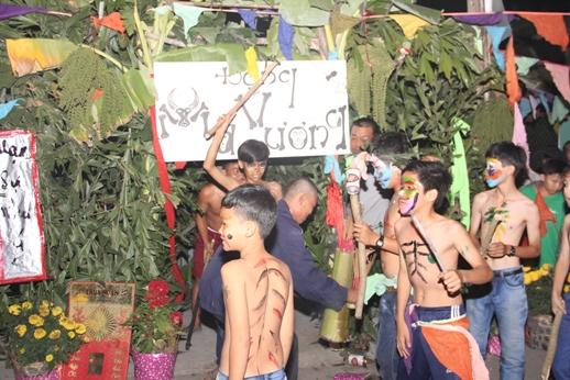 """Hàng vạn người đi """"thỉnh kinh"""" trong lễ hội ở Long An - 7"""