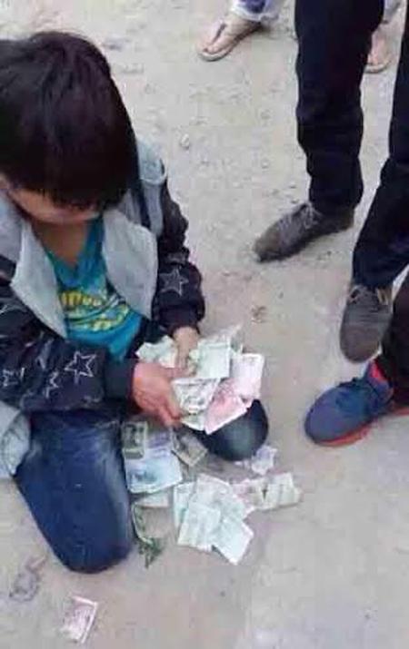 TQ: Bé trai trộm tiền bị bắt quỳ, mình trần ngâm nước lạnh 10 độ C - 2