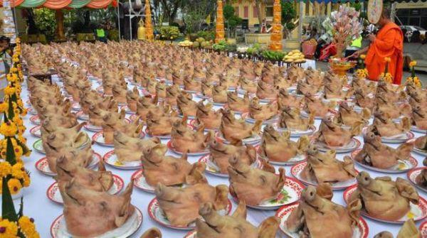 Thái Lan: Lên chùa đầu năm, dâng lễ… 300 đầu heo - 1