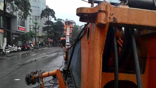 Hà Nội: Hoảng loạn vì cần cẩu 46m đổ gục giữa đường - 2
