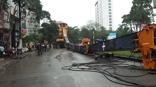 Hà Nội: Hoảng loạn vì cần cẩu 46m đổ gục giữa đường - 3