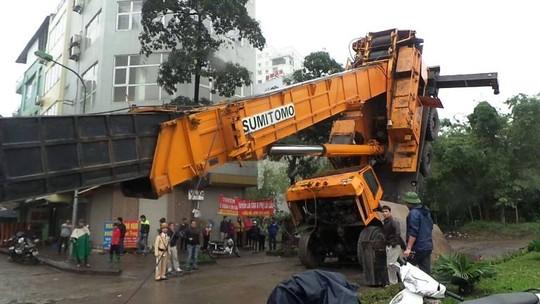 Hà Nội: Hoảng loạn vì cần cẩu 46m đổ gục giữa đường - 1