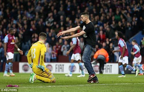 Vỡ sân hãi hùng tại FA Cup - 3