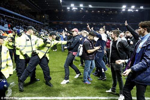 Vỡ sân hãi hùng tại FA Cup - 4