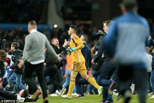Vỡ sân hãi hùng tại FA Cup - 6