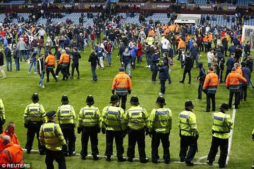 Vỡ sân hãi hùng tại FA Cup - 7