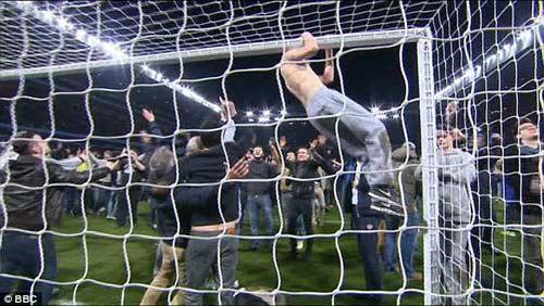 Vỡ sân hãi hùng tại FA Cup - 10