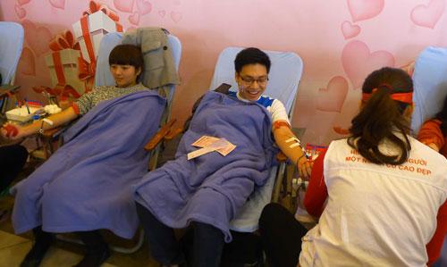 Hàng vạn người hiến máu trong mưa rét Hà Nội - 4