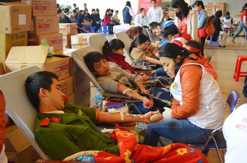 Hàng vạn người hiến máu trong mưa rét Hà Nội - 1
