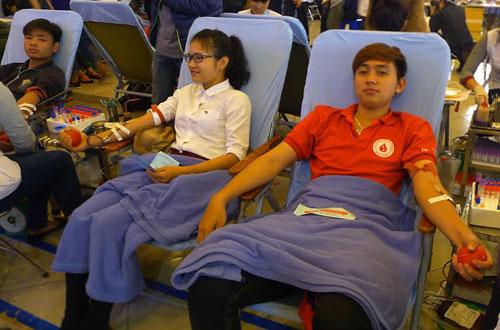 Hàng vạn người hiến máu trong mưa rét Hà Nội - 3