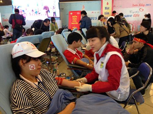 Hàng vạn người hiến máu trong mưa rét Hà Nội - 7