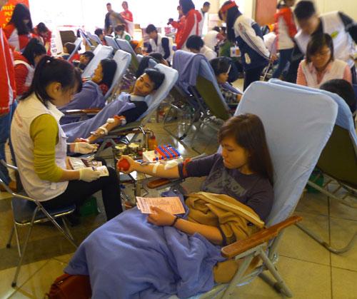 Hàng vạn người hiến máu trong mưa rét Hà Nội - 8