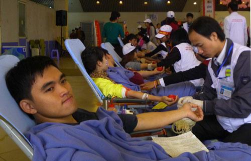 Hàng vạn người hiến máu trong mưa rét Hà Nội - 6