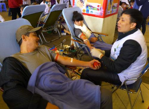 Hàng vạn người hiến máu trong mưa rét Hà Nội - 9