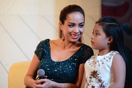 Con gái Thúy Hạnh rụt rè khi dự sự kiện cùng mẹ - 8