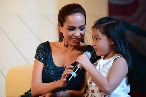 Con gái Thúy Hạnh rụt rè khi dự sự kiện cùng mẹ - 5