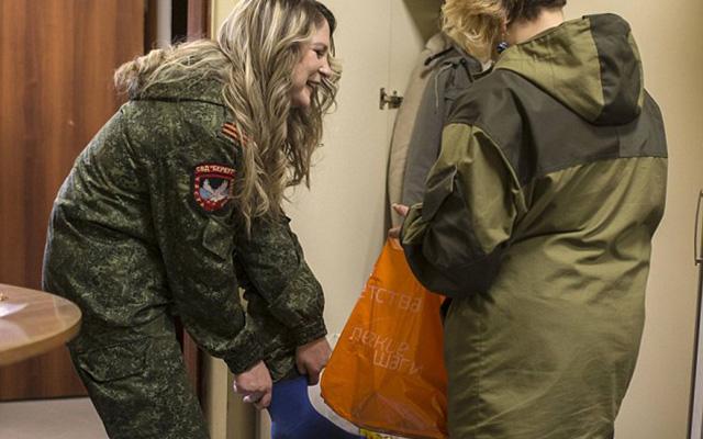 Nữ binh sĩ ly khai Ukraine xúng xính váy áo đọ sắc ngày 8.3 - 2