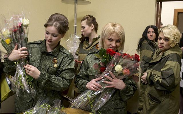 Nữ binh sĩ ly khai Ukraine xúng xính váy áo đọ sắc ngày 8.3 - 9