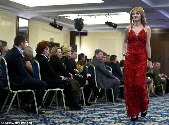 Nữ binh sĩ ly khai Ukraine xúng xính váy áo đọ sắc ngày 8.3 - 6