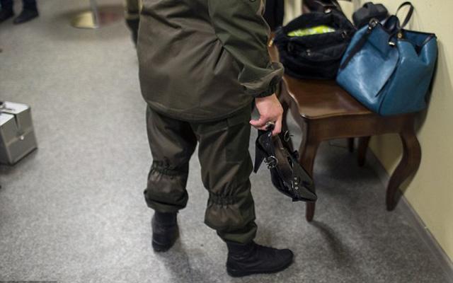 Nữ binh sĩ ly khai Ukraine xúng xính váy áo đọ sắc ngày 8.3 - 3