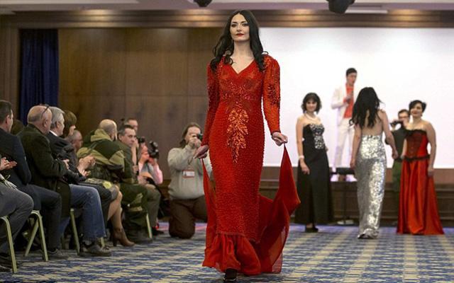 Nữ binh sĩ ly khai Ukraine xúng xính váy áo đọ sắc ngày 8.3 - 8