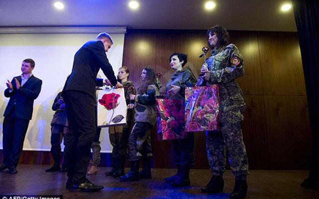 Nữ binh sĩ ly khai Ukraine xúng xính váy áo đọ sắc ngày 8.3 - 11