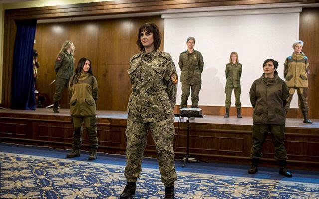 Nữ binh sĩ ly khai Ukraine xúng xính váy áo đọ sắc ngày 8.3 - 10