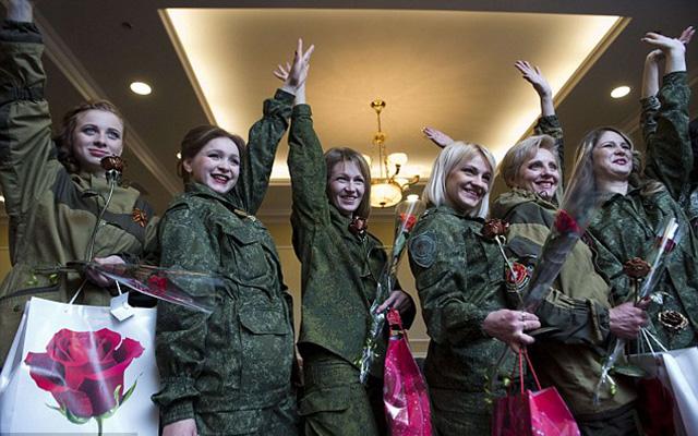 Nữ binh sĩ ly khai Ukraine xúng xính váy áo đọ sắc ngày 8.3 - 12
