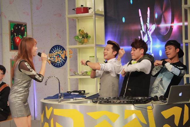 """Clip Hari Won hát """"Qua cầu gió bay"""" rất ngọt - 2"""