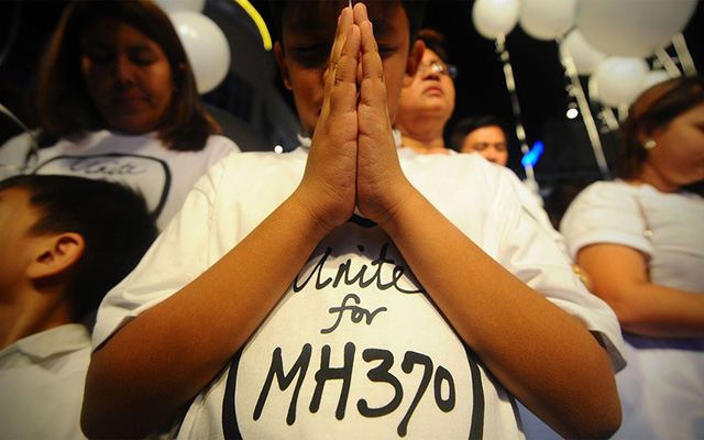 """1 năm MH370: Trẻ thơ và câu hỏi """"Bao giờ bố mẹ về?"""" - 1"""