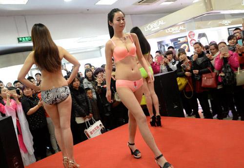 Mẫu Trung Quốc diễn nội y mừng ngày phụ nữ - 1