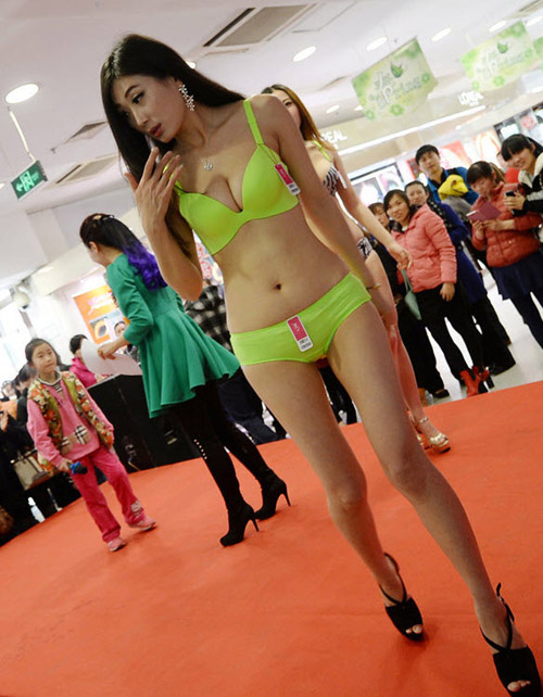 Mẫu Trung Quốc diễn nội y mừng ngày phụ nữ - 3