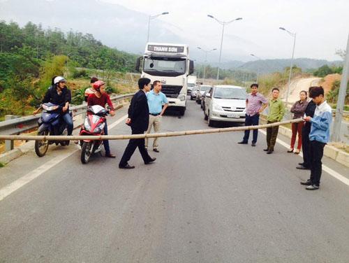 Dân lại chặn đường dẫn lên cao tốc Nội Bài – Lào Cai - 1