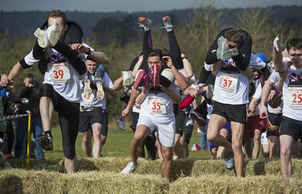 Các ông chồng hào hứng cõng vợ chạy thi dịp 8.3 - 3
