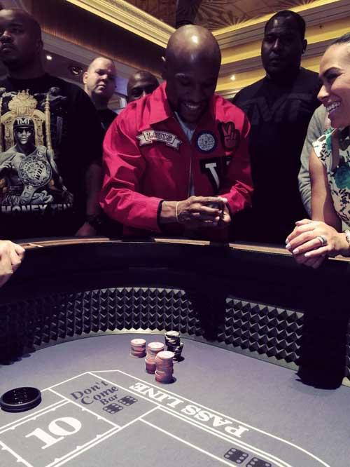 Mayweather đánh bạc giải khuây, Holyfield chỉ bảo Pacquiao - 1