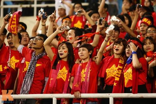 Fan nữ xinh đẹp đội mưa cổ vũ U23 Việt Nam - 2