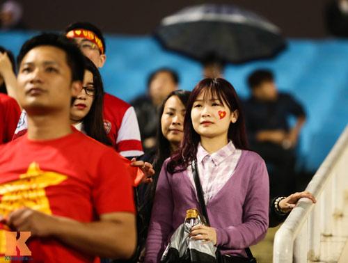 Fan nữ xinh đẹp đội mưa cổ vũ U23 Việt Nam - 10