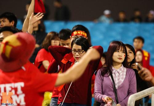 Fan nữ xinh đẹp đội mưa cổ vũ U23 Việt Nam - 11