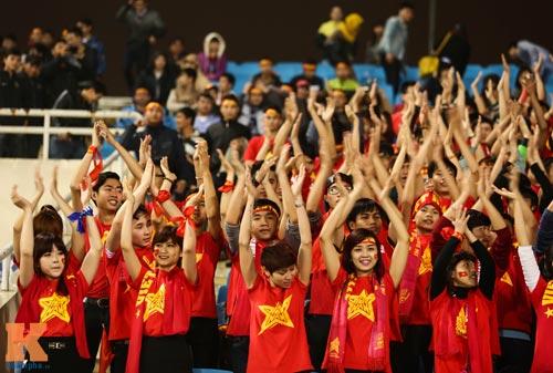 Fan nữ xinh đẹp đội mưa cổ vũ U23 Việt Nam - 12