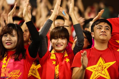 Fan nữ xinh đẹp đội mưa cổ vũ U23 Việt Nam - 15