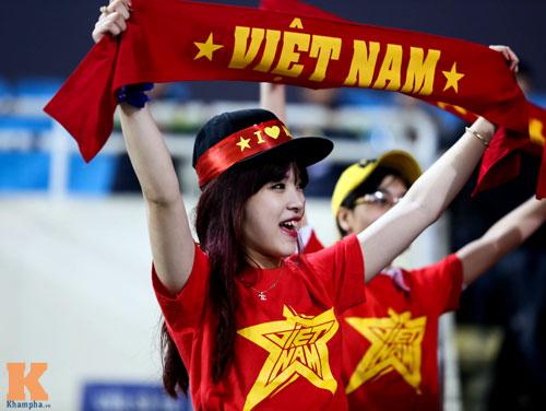 Fan nữ xinh đẹp đội mưa cổ vũ U23 Việt Nam - 4