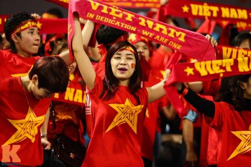 Fan nữ xinh đẹp đội mưa cổ vũ U23 Việt Nam - 3