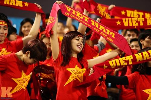 Fan nữ xinh đẹp đội mưa cổ vũ U23 Việt Nam - 5