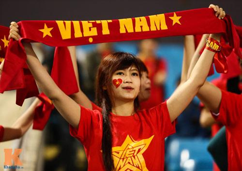 Fan nữ xinh đẹp đội mưa cổ vũ U23 Việt Nam - 6