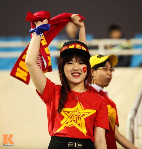 Fan nữ xinh đẹp đội mưa cổ vũ U23 Việt Nam - 7
