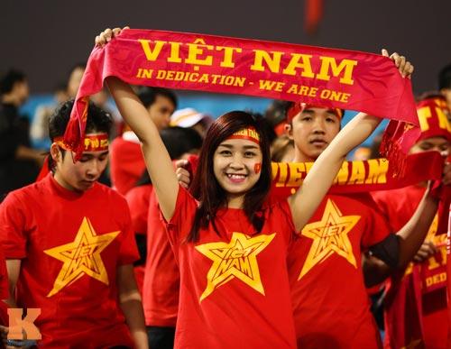 Fan nữ xinh đẹp đội mưa cổ vũ U23 Việt Nam - 8